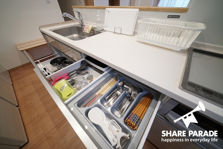 カラトリーや調理器具も充実しています。
