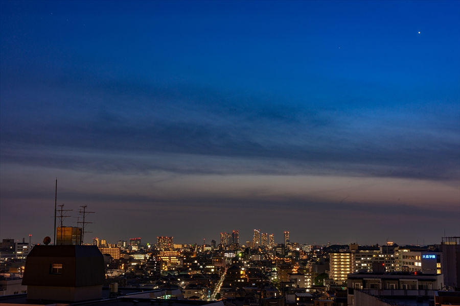 東京の高層ビルが広がります。