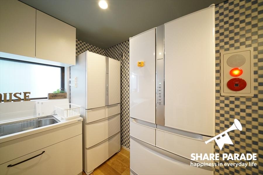 大型冷蔵庫が2台あり。