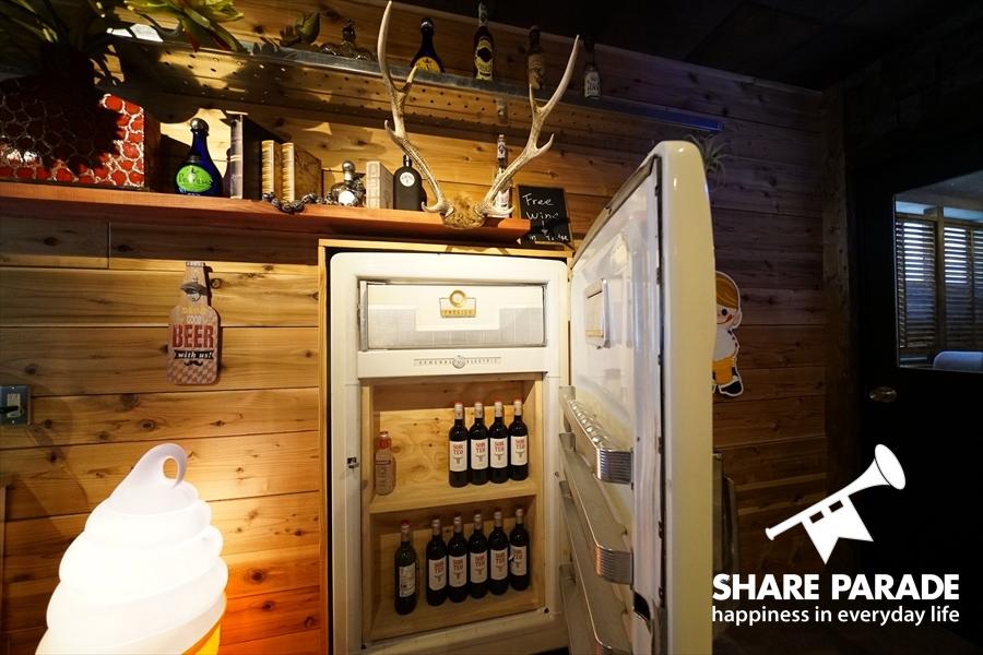 冷蔵庫を開けるとワインがはいっています。もちろん、Freeです。