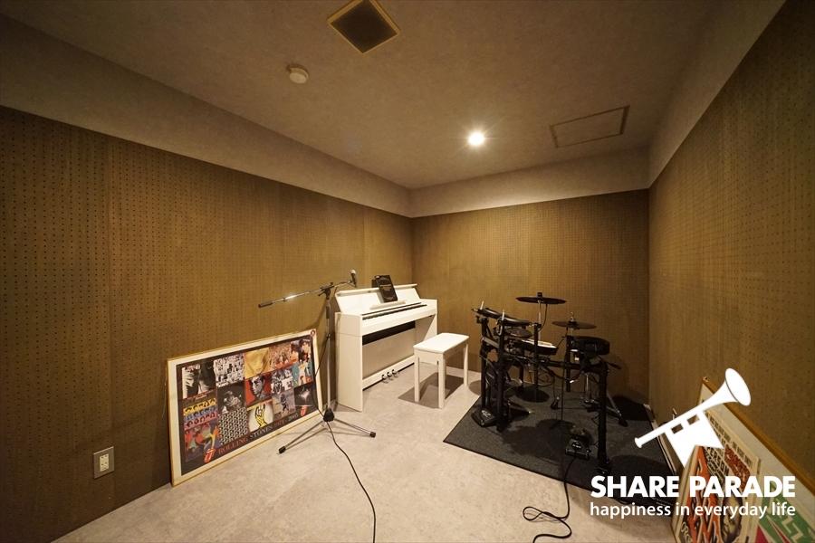 電子ピアノにドラムまで?趣味の時間まで充実するハウス。