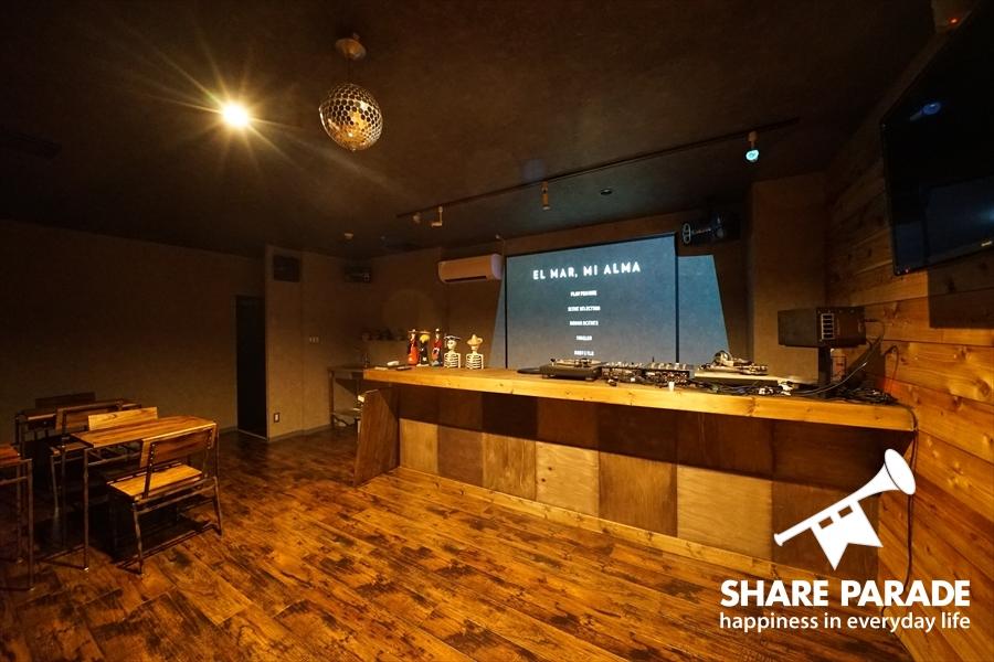 DJブースの用意された入居者専用のクラブ。週末にはDJが来ることも。