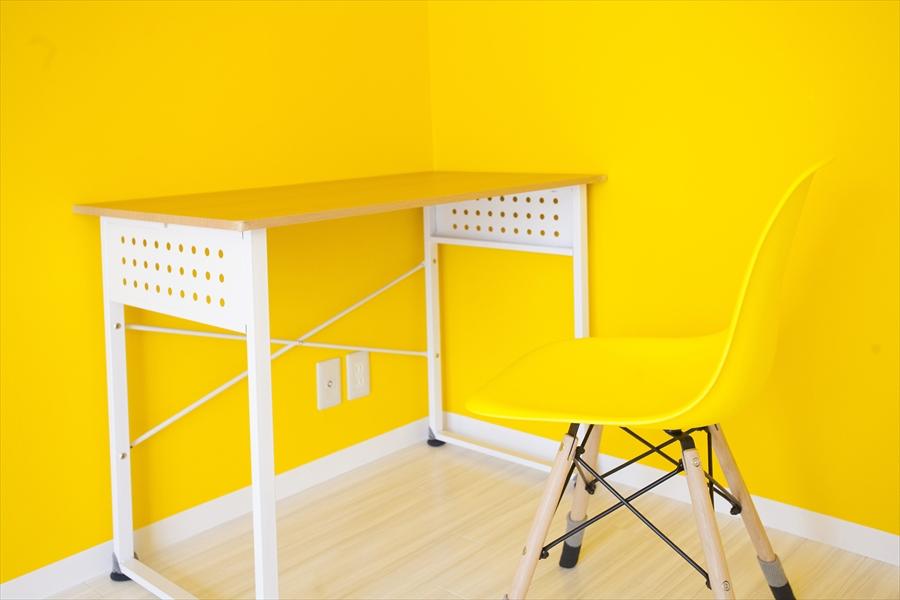 黄色の壁紙とマッチしています