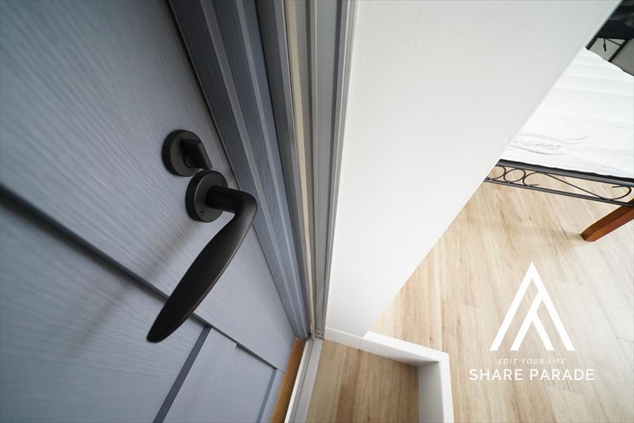ドアの色と取ってがキュート。