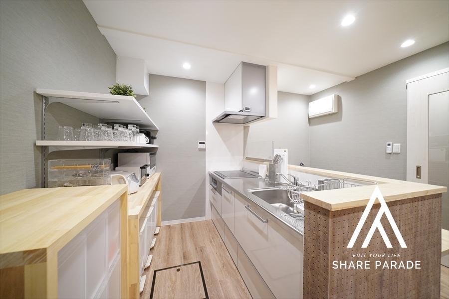 横に長く実用的なキッチン。作業スペースが大きいって大事。