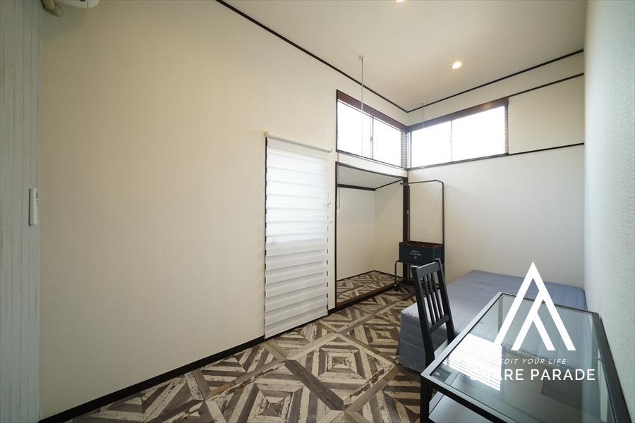 1階のお部屋は天井が高い。窓の位置も高い。