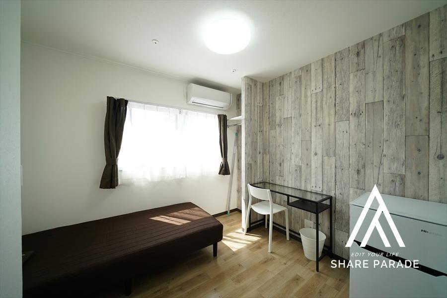 木目の壁紙がクールなお部屋。