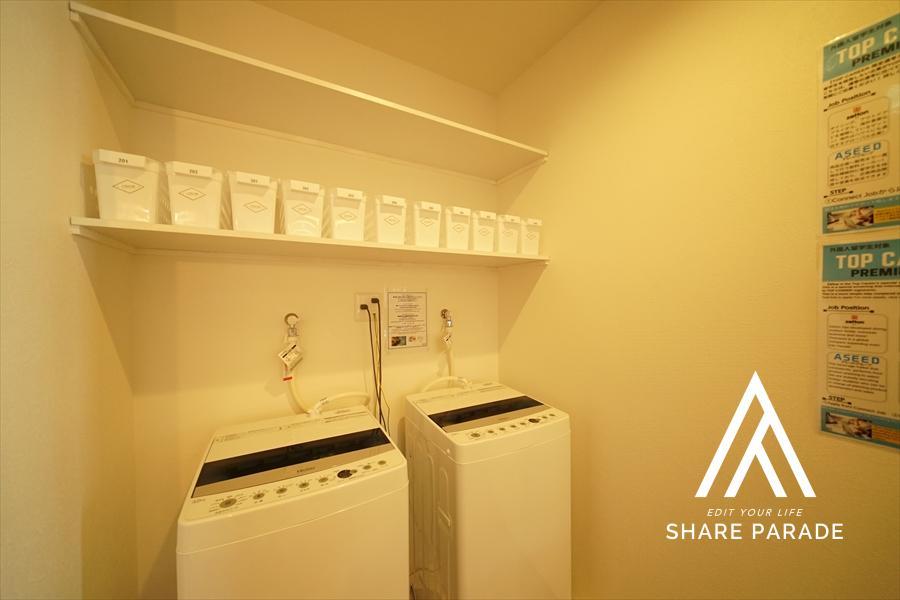 洗濯機は、ラウンジの一画にあります。