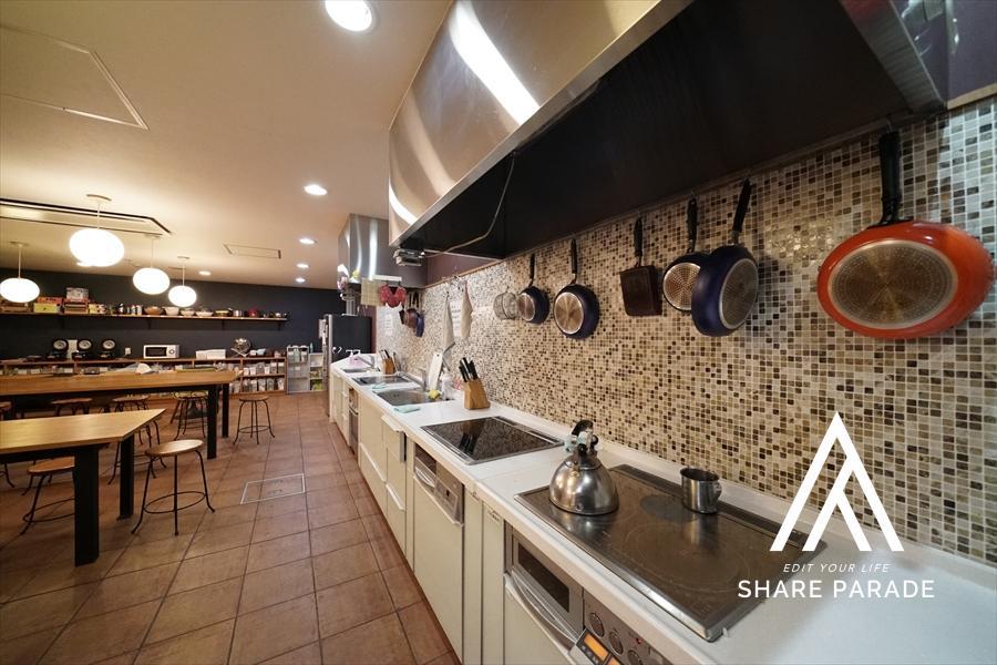女性空間プロデザイナー監修のキッチンスペースです! 大型システムキッチンを3基ご用意しております!