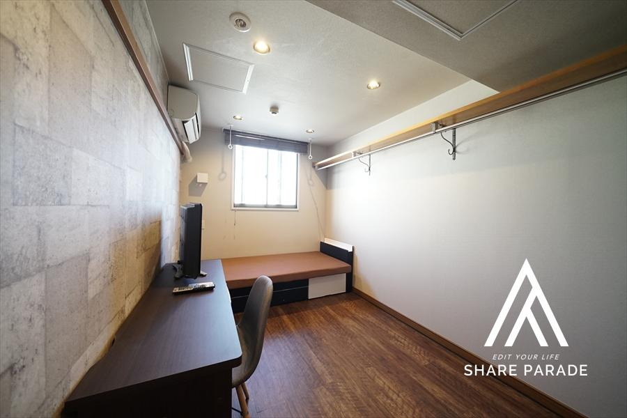 お部屋の中です!石張りクロスに茶色の木目調の床が特徴です! テレビ、冷蔵庫、テーブル、イス、ベット等揃っております!