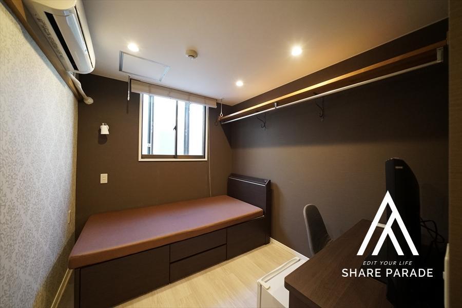 少しトーンダウンした落ち着きのあるお部屋もご用意しております! もちろん、エアコンやテレビ、冷蔵庫等もご用意しております!