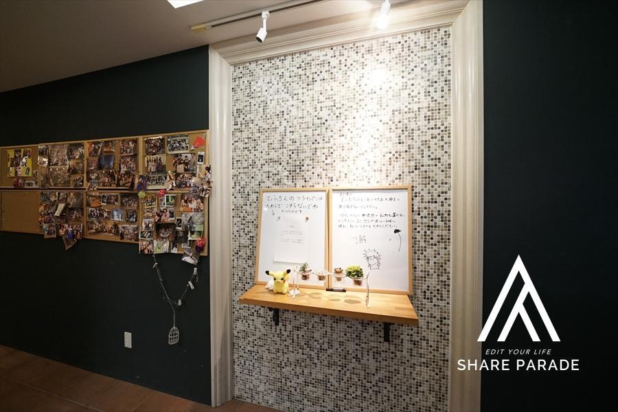 共有部エレベーターホールには、シェアハウスメンバーの写真を掲載!