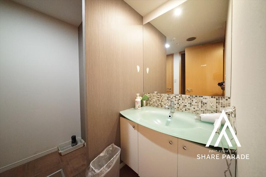地下の男性専用の洗面台区画です!