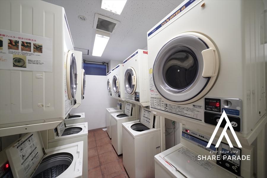 共有部のランドリーです! 洗濯機の他、乾燥機もご用意しております!