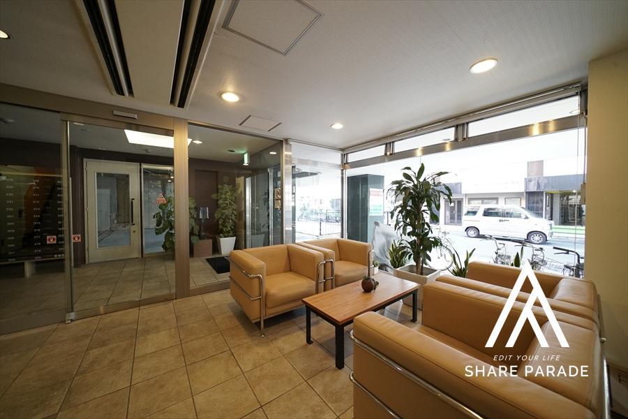 1階エントランスです! ソファーやテーブルもあり、ちょっとした休憩に最適です!