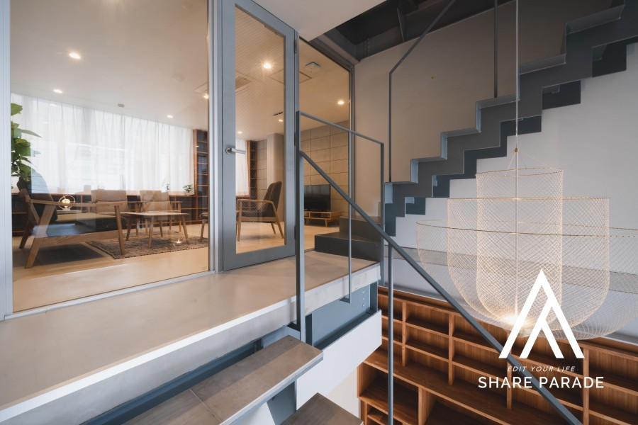 階段を挟んで向かい側にキッチンが見えます