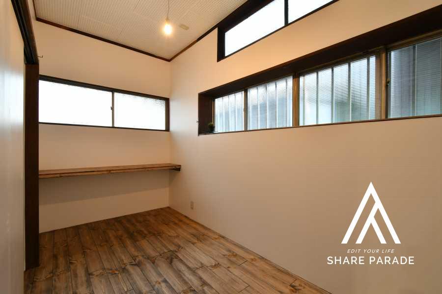 room1:窓がたくさんあって、コンパクトですが可愛らしいお部屋です。