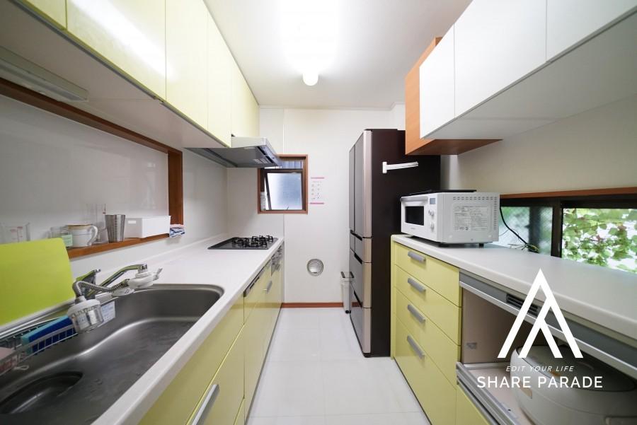 自炊派に嬉しい大型キッチン。食洗器がよく活躍しています。