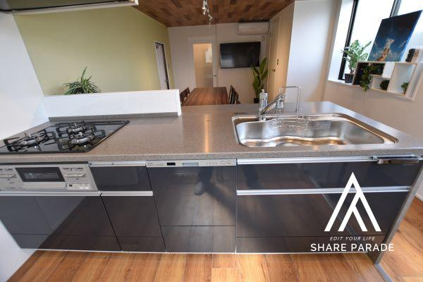 3口ガスコンロ、嬉しい食洗器付♪ 共用冷蔵庫1台、電子レンジ2台、電気式ポット1台、収納ステンレス棚(3段式)